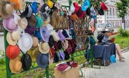 Sombreros de las señoras ' Plyos, región de Ivanovo, el 5 de julio de 2014 Fotografía de archivo libre de regalías