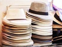 Sombreros de mimbre del verano en venta en el mercado de Catania, Sicilia, Italia imagen de archivo libre de regalías