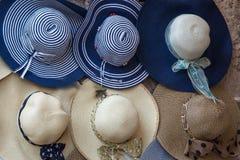 Sombreros de paja coloridos elegantes de las mujeres colección, sombreros para la venta Imágenes de archivo libres de regalías