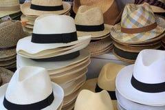 Sombreros de paja en la exhibición Foto de archivo libre de regalías