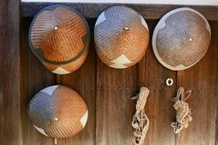 Sombreros de paja fuera del templo Fotos de archivo