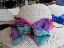 Sombreros de paja hermosos a cubrir del sol foto de archivo