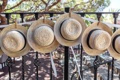 Sombreros de paja para casarse la decoración en la cerca Imágenes de archivo libres de regalías