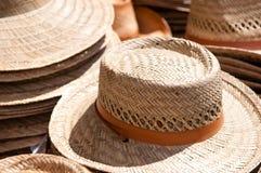 Sombreros de paja para la venta Imágenes de archivo libres de regalías