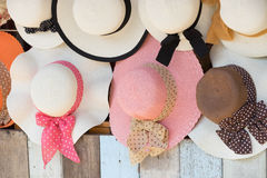 Sombreros de paja para la venta, colgando en una pared fotos de archivo