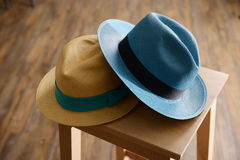 Sombreros de Panamá en taburete Foto de archivo libre de regalías