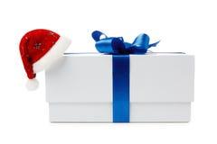 Sombreros de Papá Noel con la caja de regalo Imágenes de archivo libres de regalías
