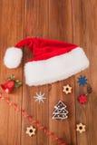 Sombreros de Papá Noel de las galletas de las bolas de la Navidad Fotografía de archivo