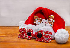 Sombreros de Papá Noel y galletas de la Navidad Imagen de archivo