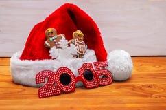 Sombreros de Papá Noel y galletas de la Navidad Fotos de archivo