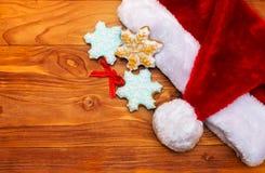 Sombreros de Papá Noel y galletas de la Navidad Fotografía de archivo libre de regalías
