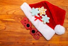 Sombreros de Papá Noel y galletas de la Navidad Fotos de archivo libres de regalías