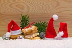 3 sombreros de Papá Noel y galletas de la Navidad Foto de archivo
