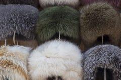 Sombreros de piel naturales Bazar hecho a mano de la tienda del tocado de la piel de las lanas en Bukhara, Uzbekistán Foto de archivo