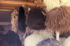 Sombreros de piel naturales Bazar hecho a mano de la tienda del tocado de la piel de las lanas en Bukhara, Uzbekistán Grupo de ve Foto de archivo libre de regalías
