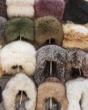 Sombreros de piel naturales Bazar hecho a mano de la tienda del tocado de la piel de las lanas en Bukhara, Uzbekistán Grupo de ve Imagenes de archivo