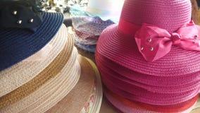 Sombreros de Sun en la tienda en el mercado almacen de metraje de vídeo