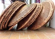 Sombreros del arroz - sombrero nacional de campesinos chinos - apilados en a imágenes de archivo libres de regalías