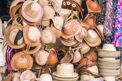Sombreros del cuero y de paja en la tienda el Brasil del arte fotos de archivo