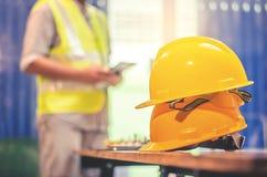 Sombreros duros amarillos del casco de seguridad para el proyecto de la seguridad del trabajador como Fotos de archivo libres de regalías