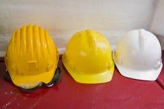 Sombreros duros amarillos y blancos Imagenes de archivo
