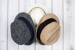 Sombreros en la tabla de madera fotos de archivo libres de regalías