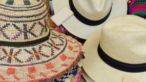 Sombreros hechos a mano de los sombreros o de Paja Toquilla de Panamá hechos con la paja imagenes de archivo