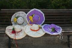 Sombreros hechos a mano hermosos para la mujer fotos de archivo libres de regalías