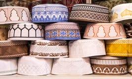 Sombreros musulmanes alineados en una tienda Imagenes de archivo