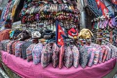 Sombreros nacionales del Nepali en el mercado fotografía de archivo libre de regalías