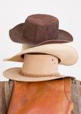Sombreros occidentales empilados en la cerca Fotos de archivo libres de regalías