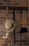 Sombreros viejos en una exhibición del metal Imagen de archivo libre de regalías