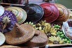 Sombreros y fruta tailandeses en barco Fotos de archivo