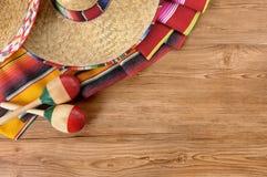 Sombreros y mantas mexicanos en piso de madera de pino Foto de archivo libre de regalías