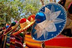 Sombreros y ponchos coloridos Foto de archivo
