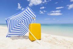 Sombrilla azul con la carretilla amarilla Fotografía de archivo libre de regalías