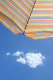 Sombrilla contra el cielo azul del verano Imagen de archivo