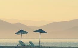 Sombrilla doble en una playa imágenes de archivo libres de regalías