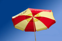 Sombrilla en el cielo azul del verano imagen de archivo libre de regalías