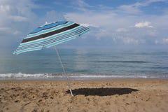 Sombrilla en la playa Fotografía de archivo libre de regalías