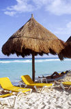 Sombrilla en playa mexicana Foto de archivo libre de regalías
