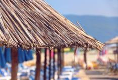 Sombrilla en una playa imagenes de archivo