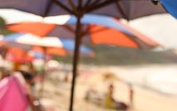 Sombrillas borrosas en una playa Fotos de archivo libres de regalías