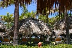 Sombrillas cubiertas con paja en el centro turístico Fotos de archivo