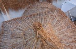 Sombrillas de la paja Fotos de archivo