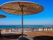 Sombrillas de la paja en d?a de verano soleado en el tel?fono Baruch de la playa en Tel Aviv, Israel foto de archivo libre de regalías