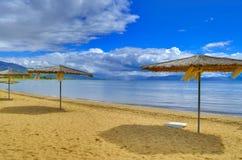 Sombrillas - lago Prespa, Macedonia Imágenes de archivo libres de regalías