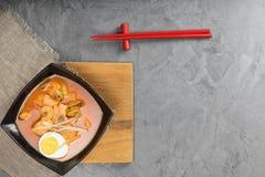 Some o tomate com camarões e mexilhões na placa na placa do serviço em uma tabela de pedra bonita Vista superior Fotografia de Stock Royalty Free