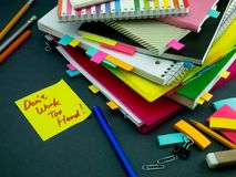 Somebody Opuszczał wiadomość na Twój Pracującym biurku; Don ` t praca Zbyt H Fotografia Stock