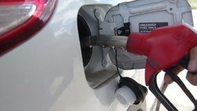 Somebody Ustawia benzyna zbiornik rozładowania Nozzle zdjęcie wideo